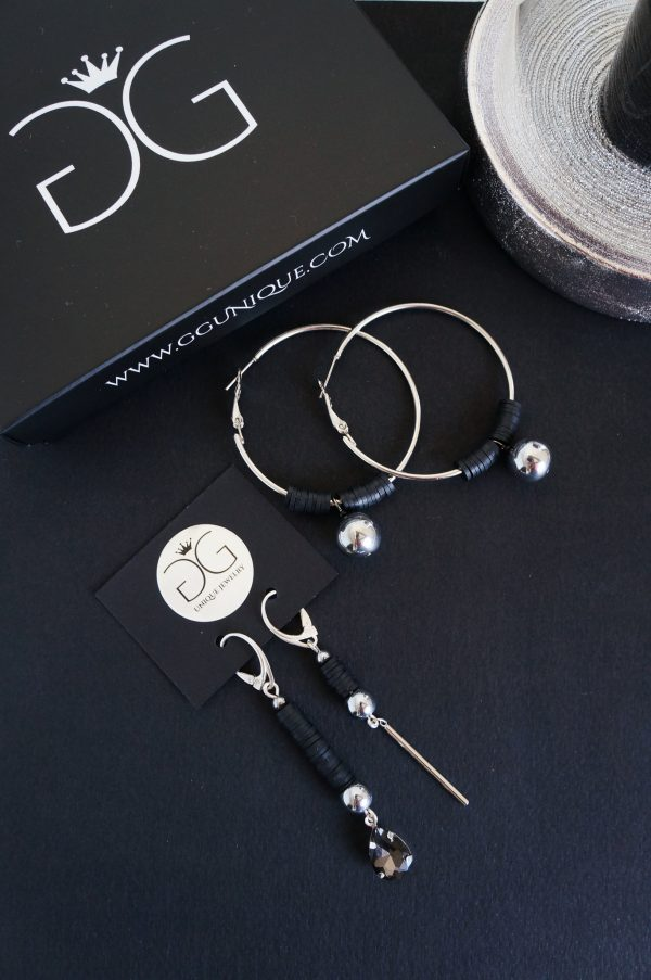 Circle earrings with black details